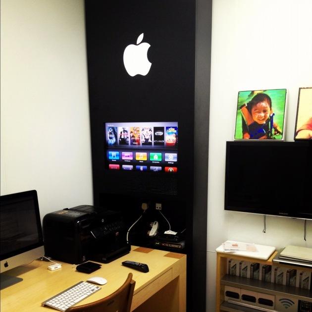 son bureau ressemble une boutique apple macqu bec. Black Bedroom Furniture Sets. Home Design Ideas